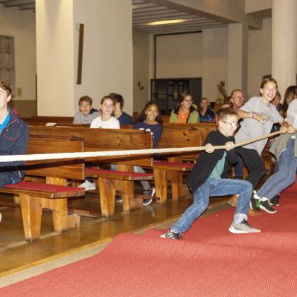 Tauziehen in der Kirche